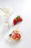 Verse en gezonde aardbeiencake Stock Afbeelding