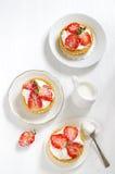 Verse en gezonde aardbeiencake Stock Fotografie