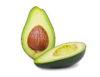 Verse en gezonde die avocado in de helft wordt gesneden Groene gesneden avocado op een witte achtergrond Exotische groenten guaca Stock Foto's