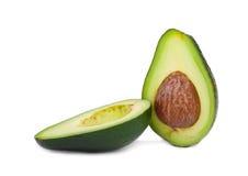 Verse en gezonde die avocado in de helft wordt gesneden Groene gesneden avocado op een witte achtergrond Exotische groenten guaca Stock Afbeeldingen