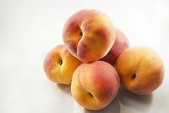 Verse en heerlijke perziken op witte achtergrond Royalty-vrije Stock Afbeeldingen
