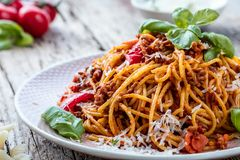 Verse en heerlijke spagetti bolognese op houten lijst stock afbeeldingen