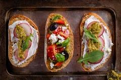 Verse en knapperige Italiaanse snack zoals bruschetta of crostini royalty-vrije stock afbeelding