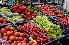 Verse en organische groenten bij landbouwersmarkt Stock Foto's