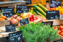 Verse en organische groenten bij landbouwersmarkt Stock Foto