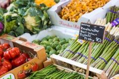 Verse en organische groenten bij landbouwersmarkt Royalty-vrije Stock Afbeeldingen