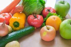 Verse en rijpe groenten en vruchten op de lijst Royalty-vrije Stock Fotografie