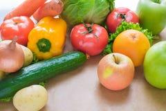 Verse en rijpe groenten en vruchten op de lijst Royalty-vrije Stock Afbeeldingen