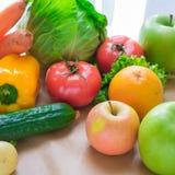 Verse en rijpe groenten en vruchten op de lijst Royalty-vrije Stock Foto's
