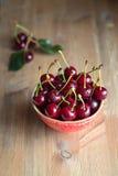 Verse en rijpe kersen van de tuin Seizoenbessen, de zomervoedsel Stock Foto