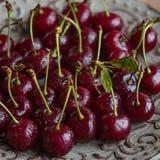 Verse en rijpe kersen van de tuin Seizoenbessen, de zomervoedsel Royalty-vrije Stock Fotografie