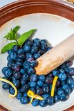Verse en ruwe bosbessen klaar om in jam/jam worden verpletterd Omvat muntmunt en citroen stock afbeelding