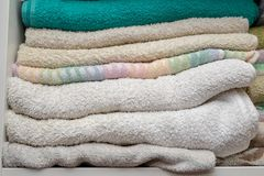 Verse en schone handdoeken op de plank in de kleedkamer Een plac stock afbeeldingen