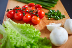 Verse en smakelijke tomaten, salade, ui, champignon Royalty-vrije Stock Afbeelding