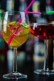 Verse en verfrissende die cocktails op jenever, een distinctief kruidenaroma worden gebaseerd stock afbeeldingen
