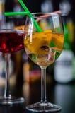 Verse en verfrissende die cocktails op jenever, een distinctief kruidenaroma worden gebaseerd stock foto's