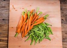 Verse erwten en wortelen van de tuin Stock Foto