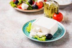 Verse feta-kaas met olijven royalty-vrije stock afbeeldingen