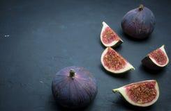 Verse fig De fotografie van het voedsel Creatieve regeling van gehele en gesneden fig. op een donkere achtergrond De ruimte van h royalty-vrije stock afbeeldingen