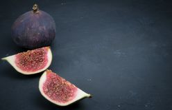Verse fig De fotografie van het voedsel Creatieve regeling van gehele en gesneden fig. op een donkere achtergrond De ruimte van h royalty-vrije stock afbeelding