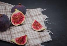 Verse fig De fotografie van het voedsel Creatieve regeling van gehele en gesneden fig. op een donkere die achtergrond, in een rec royalty-vrije stock foto