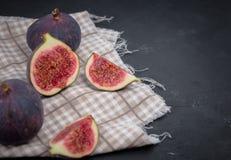Verse fig De fotografie van het voedsel Creatieve regeling van gehele en gesneden fig. op een donkere die achtergrond, in a wordt stock foto