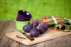 Verse fig., kommen, mes en handdoek Royalty-vrije Stock Fotografie