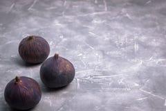 Verse fig. op concrete achtergrond, zijaanzicht Close-up stock foto's
