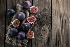 Verse fig. op rustieke uitstekende houten lijst stock fotografie