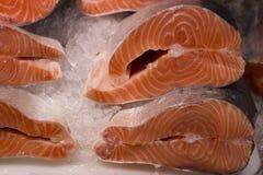 Verse forel op ijs in een supermarkt Plak van Verse zalm in een vissenwinkel royalty-vrije stock foto