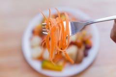 Verse fruitsalade in de schotel op houten lijst Stock Foto