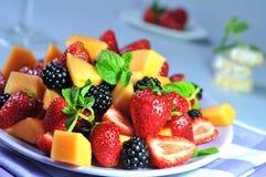 Verse fruitsalade op blauwe achtergrond Stock Foto