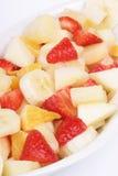 Verse fruitsalade op een witte plaat Stock Fotografie