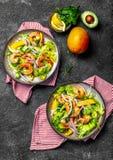 Verse Garnalen, de slasalade van de Mangoavocado, olijfolie en citroenvulling Gezond voedsel Hoogste mening, grijze achtergrond royalty-vrije stock foto's