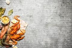 Verse garnalen en zeekreeft met kruiden Royalty-vrije Stock Foto