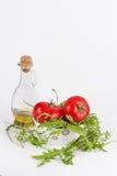 Verse geïsoleerde de zomersalade: rode rijpe tomaten, rucolasalade en olijf oi Royalty-vrije Stock Fotografie