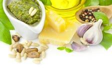 Verse geïsoleerdeo Pesto en zijn ingrediënten/ Stock Afbeeldingen