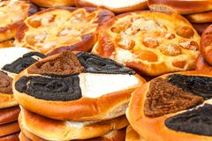 Verse gebakjes voor verkoop in een bakkerij Verkoop van verschillende types van cakes in de landbouwers` markten Zoet gebakje bij royalty-vrije stock afbeeldingen