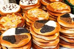 Verse gebakjes voor verkoop in een bakkerij Verkoop van verschillende types van cakes in de landbouwers` markten Zoet gebakje bij royalty-vrije stock fotografie