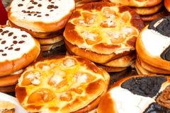 Verse gebakjes voor verkoop in een bakkerij Verkoop van verschillende types van cakes in de landbouwers` markten Zoet gebakje bij royalty-vrije stock foto's