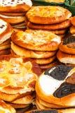 Verse gebakjes voor verkoop in een bakkerij Verkoop van verschillende types van cakes in de landbouwers` markten Zoet gebakje bij stock afbeelding