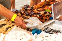 Verse gebakjes voor verkoop in een bakkerij Verkoop van verschillende types van cakes in de landbouwers` markten Zoet gebakje bij royalty-vrije stock afbeelding