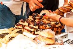 Verse gebakjes voor verkoop in een bakkerij Verkoop van verschillende types van cakes in de landbouwers` markten Zoet gebakje bij stock foto