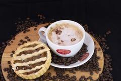 Verse gebakken appeltaart en hete chocolade royalty-vrije stock foto