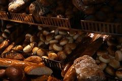 Verse gebakken broden in het brood van het bakkerijbrood stock foto's