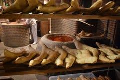 Verse gebakken brood en oven in Tbilisi, Georgië Royalty-vrije Stock Fotografie