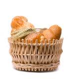 Verse gebakken broodjes in een mand op wit Royalty-vrije Stock Afbeelding