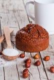 Verse gebakken browny cake, melk, suiker, hazelnoten Stock Afbeeldingen