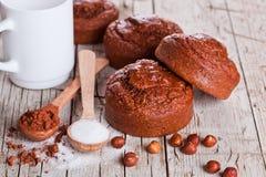Verse gebakken browny cakes, melk, suiker, hazelnoten en cacao Royalty-vrije Stock Afbeeldingen