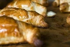 Verse gebakken bruine glanzende en heerlijke croissantcake of pastei royalty-vrije stock foto